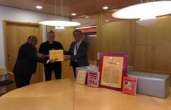 "The Embassy presented a set of 51 selected books on India entitled ""Bharat Ek Parichay (Know India): Sharing Knowledge with the World"" to ""Hum Sam Biblioteket"" library, University of Oslo (UiO) for its collection."